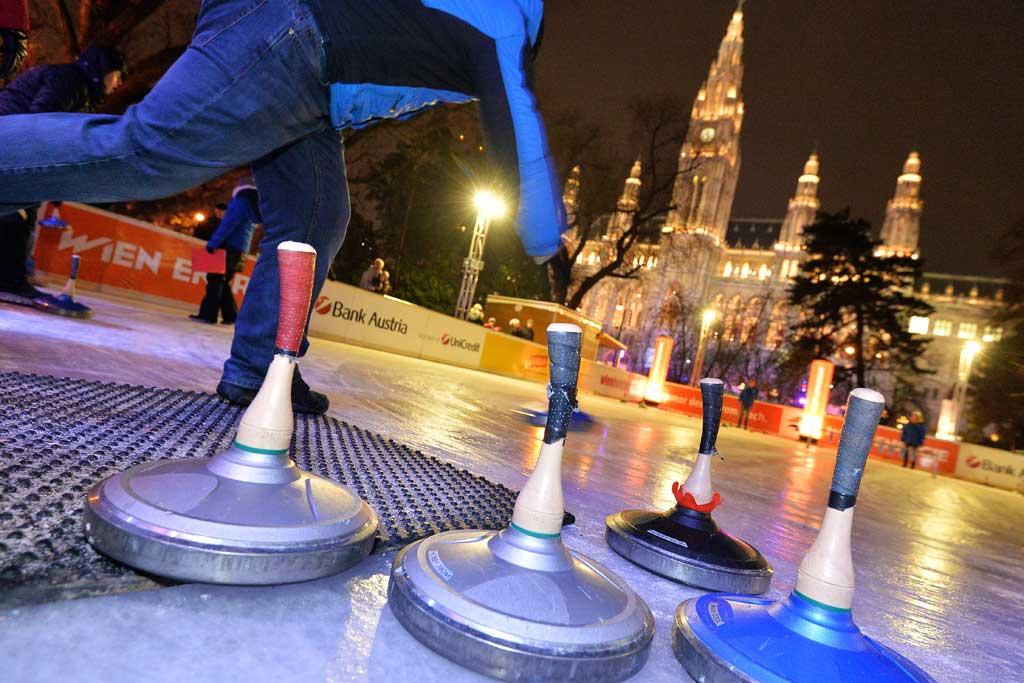 Eisstockschiessen vor dem Wiener Rathaus